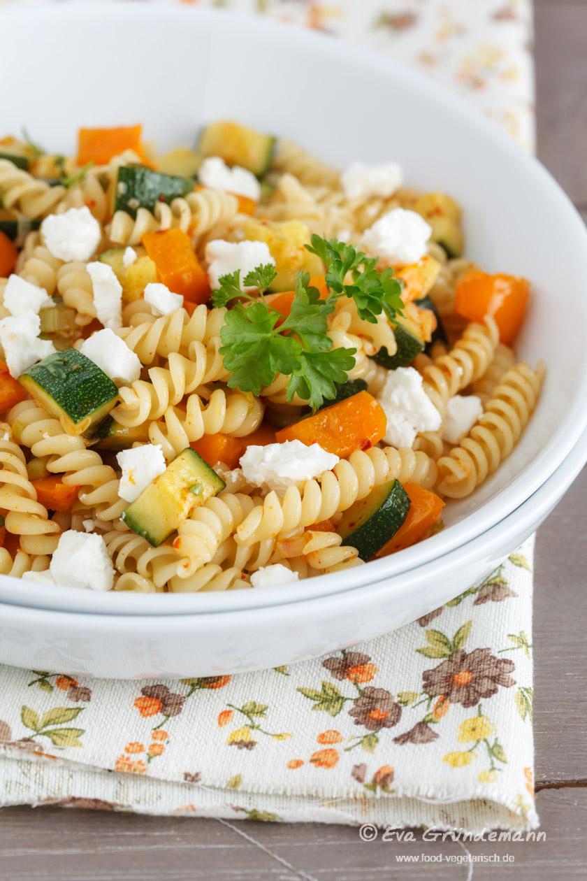 Pasta mit Zucchini, Paprika und Schafskäse | FOOD VEGETARISCH
