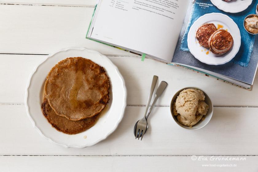 Vegane Pancakes mit veganem Karamelleis