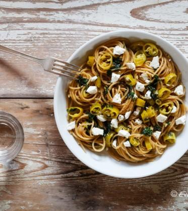 Vollkorn-Spaghetti mit Peperoni und Knoblauch