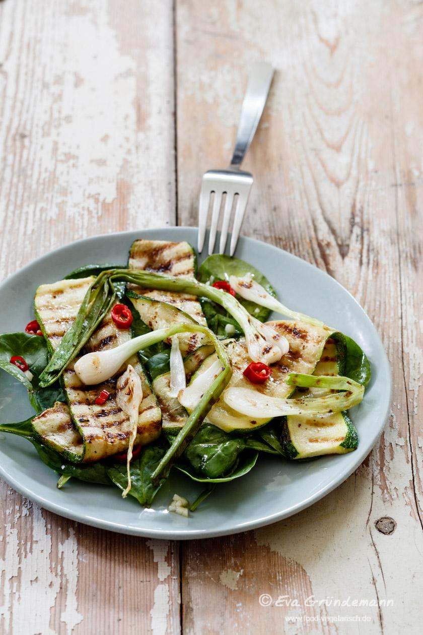 Gegrillte Zucchini und Frühlingszwiebeln mit jungem Spinat und Haselnüssen (S. 88)