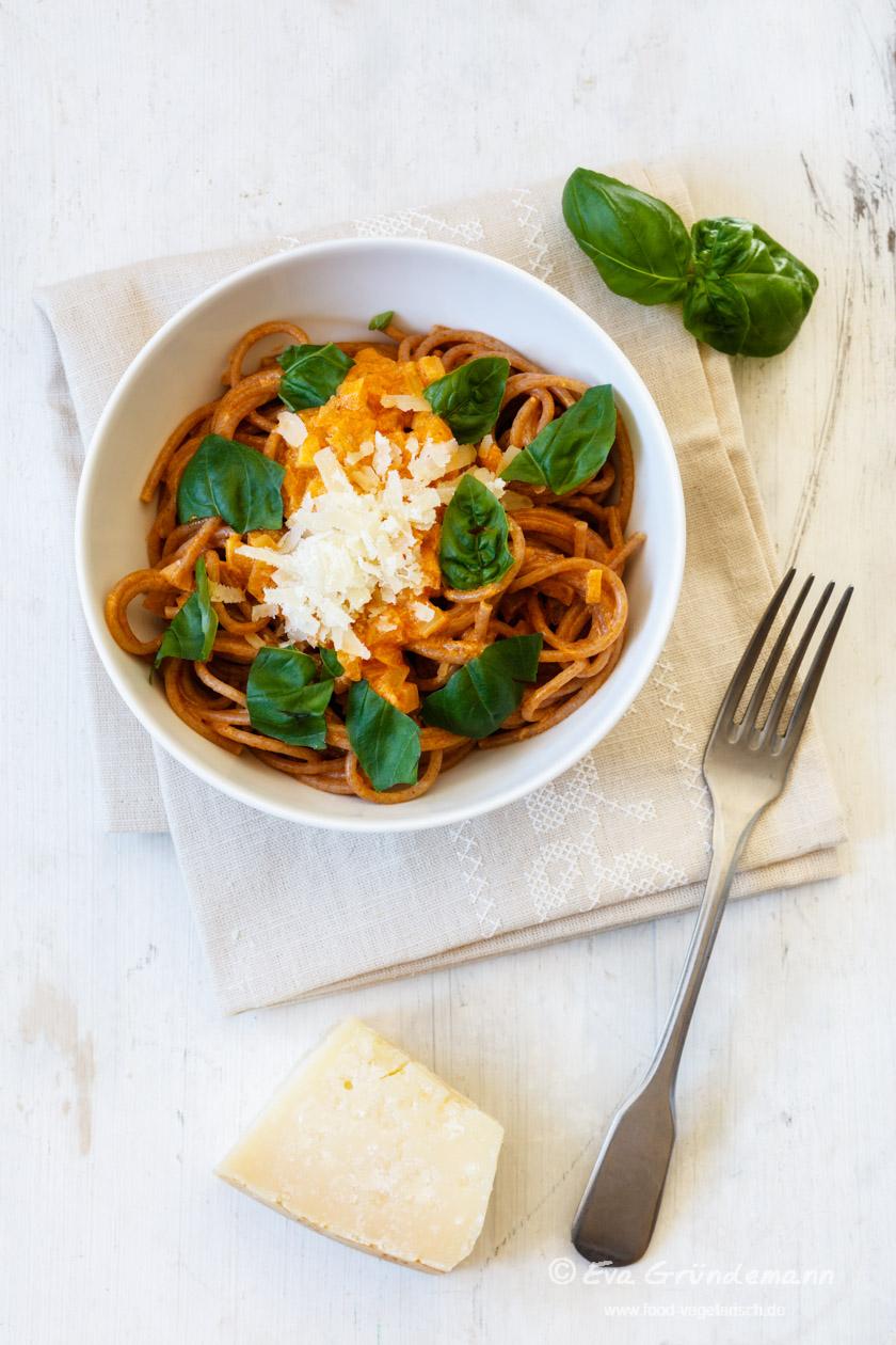 Vollkorn-Spaghetti mit Tomatensoße