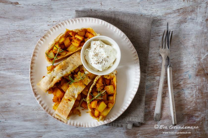 Pastinaken-Kartoffel-Strudel nach einem Rezept aus dem Schrot & Korn Kochbuch