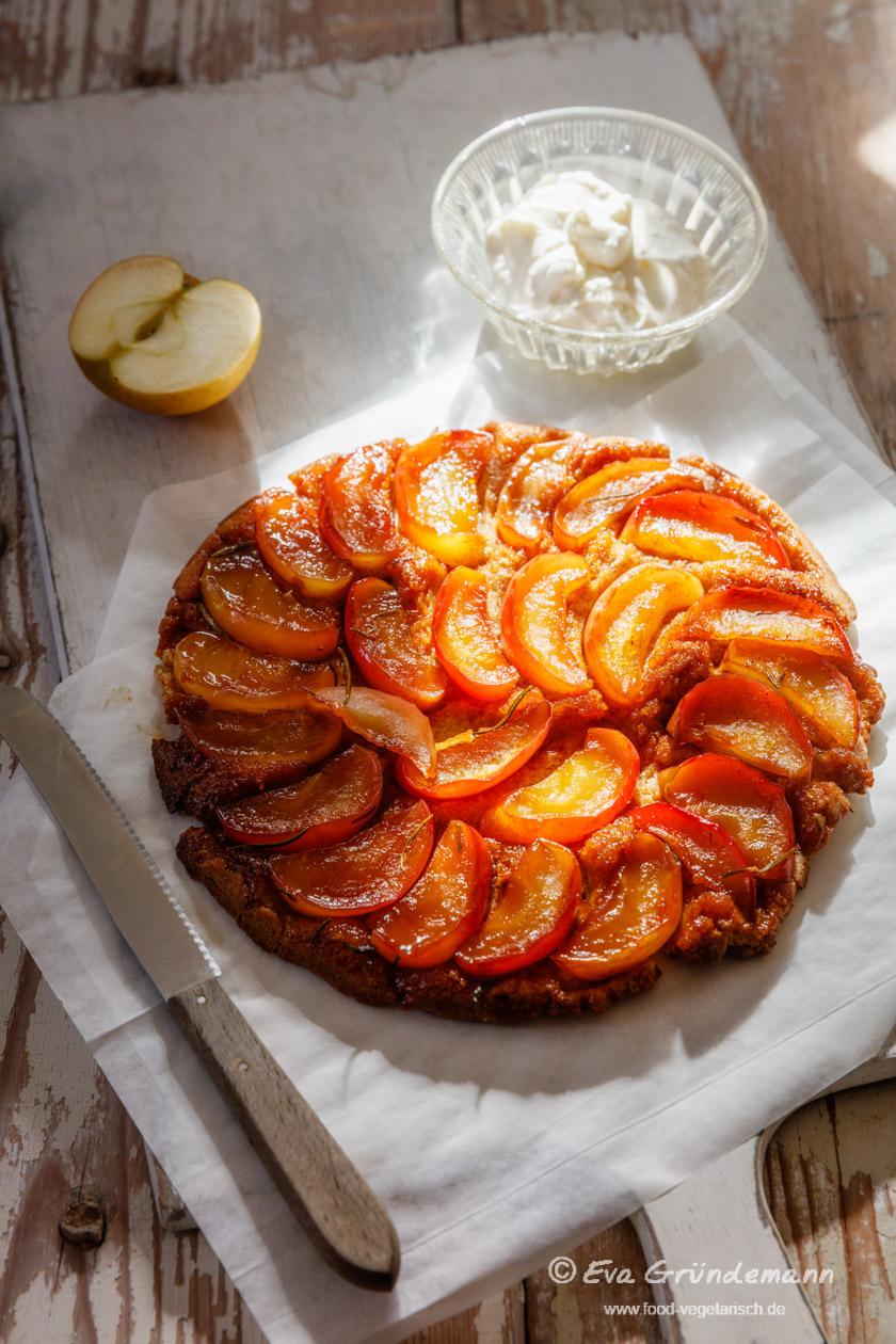 Apfel-Rosmarin-Tarte Tatin nach einem Rezept aus dem Schrot & Korn Kochbuch