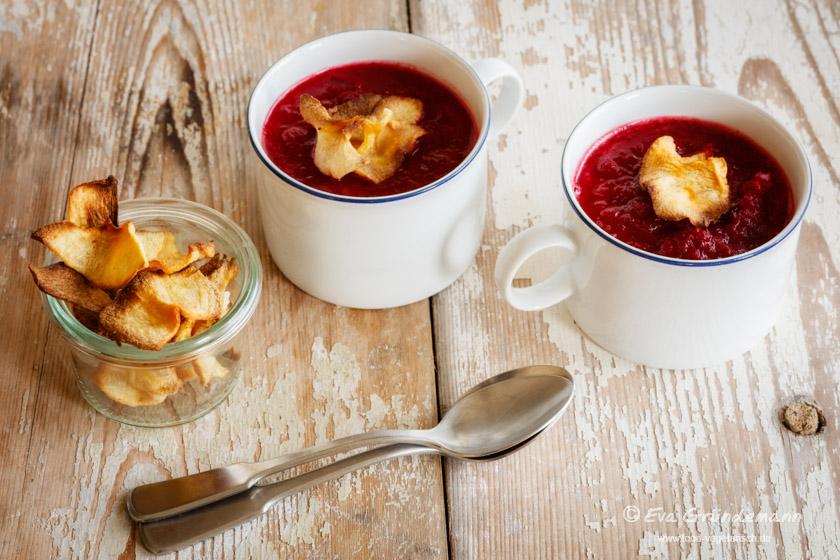 Rote-Bete-Apfelsuppe nach einem Rezept aus dem Schrot & Korn Kochbuch