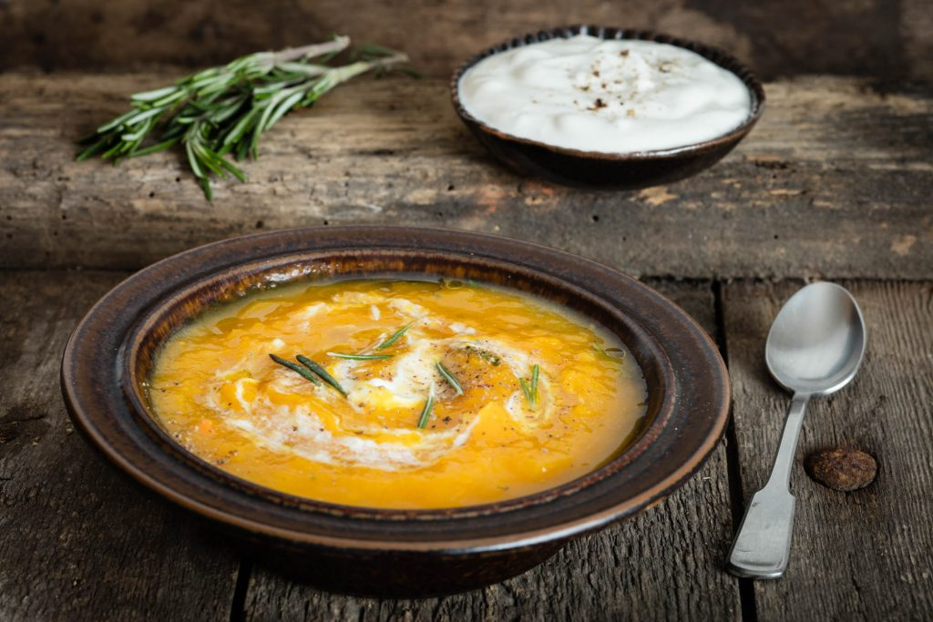 Kürbissuppe mit Ziegenkäsejoghurt