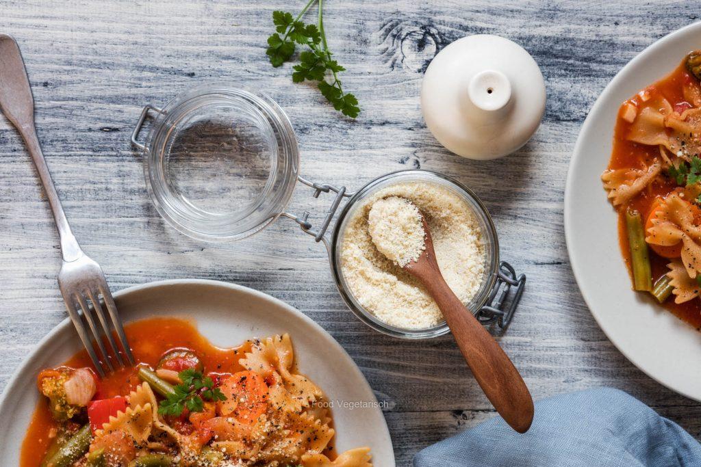 One-Pot Pasta mit Tomatensoße und veganem Cashew Parmesan