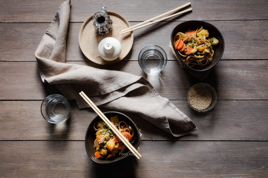 Asiatisch inspirierte One-Pot Pasta mit Sesam und Sojasoße